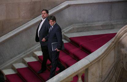 Oriol Junqueras y Carles Puigdemont abandonan una sesión del Parlament.