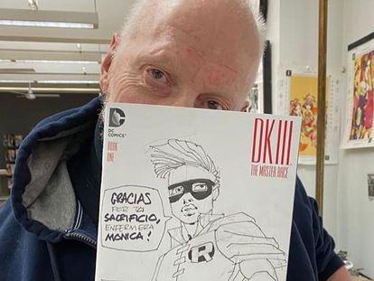 Frank Miller con el dibujo dedicado a Mónica Elvira, en una foto publicada en su cuenta de Instagram.
