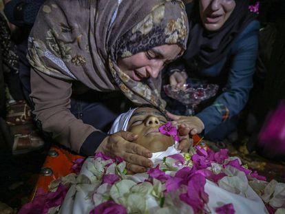 La madre del Haitam al Jamal, de 14 años, muerto el viernes tras recibir un disparo de tropas israelíes, llora sobre su cadáver en el funeral en Refah (sur de Gaza).