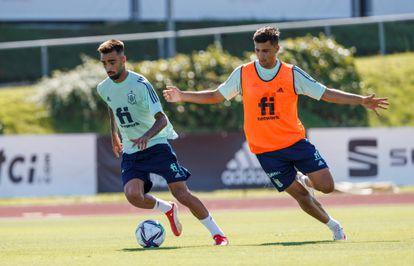 Los jugadores Rodri Hernández (d) y Brais Méndez (i) durante el entrenamiento celebrado, este martes, en la Ciudad del Fútbol en Las Rozas.