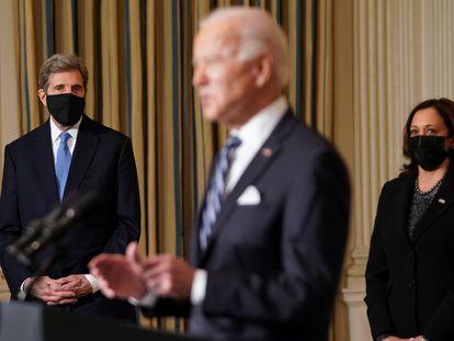 El presidente Joe Biden acompañado por John Kerry y la vicepresidenta, Kamala Harris, en la Casa Blanca.