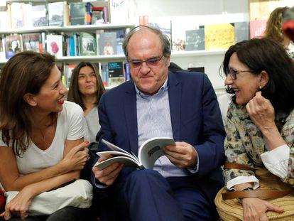 """El candidato socialista a la presidencia de la Comunidad de Madrid Ángel Gabilondo, asiste a la presentación del libro """"Microgeografías de Madrid"""" de Belén Bermejo."""