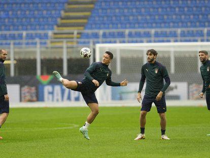 Giacomo Raspadori controla el balón durante el último entrenamiento de Italia.