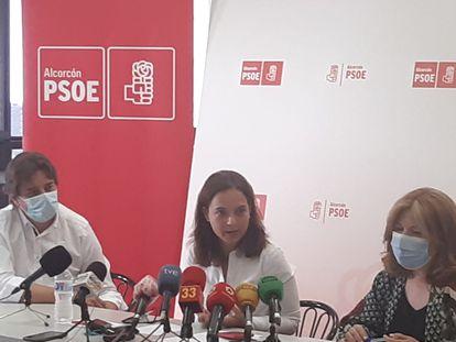 De izquierda a derecha, Javier Ayala, alcalde de Fuenlabrada; Sara Hernández, de Getafe; y Natalia de Andrés, de Alcorcón.