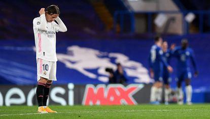 Luka Modric, en primer término, durante un partido de la pasada Liga de Campeones entre Real Madrid y Chelsea en Londres, sin público en el estadio.