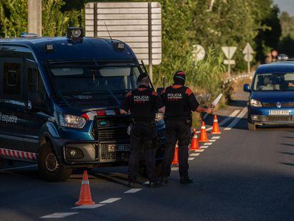 Dos 'mossos' en un control en Lleida, vigilan el acceso a la A2 dirección Barcelona.