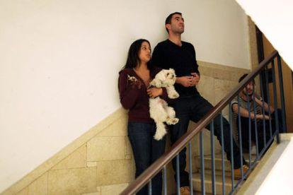 Una pareja israelí y su hijo se protegen cuando suenan las alarmas en Tel Aviv.