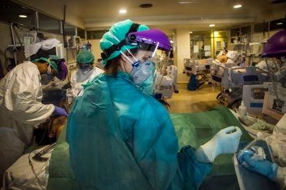 Intubación de un paciente en una UCI improvisada en el hospital de La Paz, el 2 de abril, en Madrid.