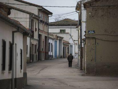 Un hombre camina por una calle de Alaraz, en Salamanca.