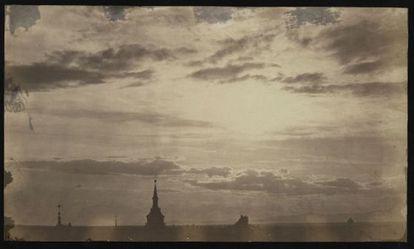 Una de las fotos más raras de las exposición de Biblioteca Nacional es esta puesta de sol tomado desde la plaza de la Puerta del Sol de Madrid en abril de 1859.