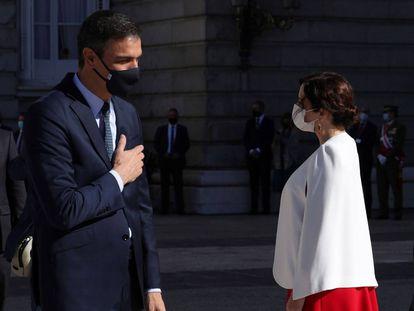 El presidente del Gobierno, Pedro Sánchez (a la izquierda), conversa con la presidenta de la Comunidad de Madrid, Isabel Díaz Ayuso, y el alcalde de Madrid, José Luis Martínez-Almeida.