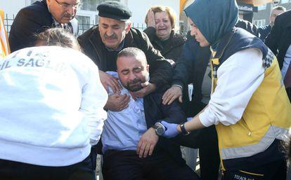 Familiares de los víctimas del atentado del miércoles esperan noticias en el exterior de una morgue de Ankara