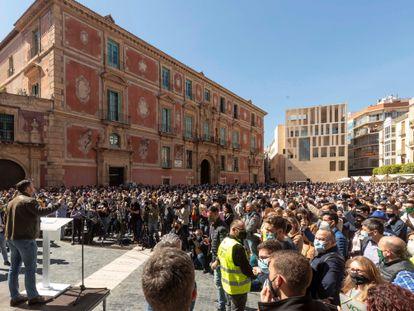 El líder de Vox, Santiago Abascal, se dirige a la multitud el jueves en la plaza del Cardenal Belluga, ante la catedral de Murcia.