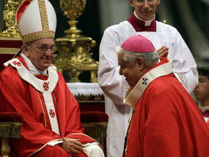 El Papa recibe al arzobispo de Monterrey en 2013 en el Vaticano.