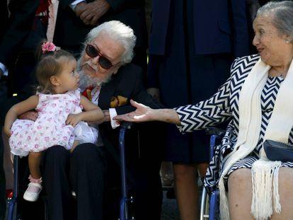 Fernando del Paso con su mujer, Socorro, y su bisnieta, al final de la ceremonia del Premio Cervantes.