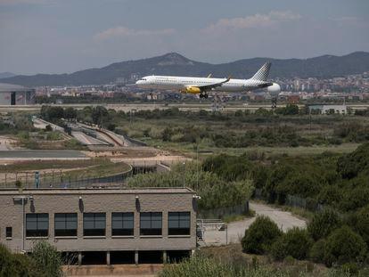 Un avión se aproxima a una de las pistas del aeropuerto de El Prat, el pasado junio.
