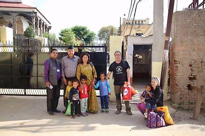 El equipo de Dream Nepal con los menores.