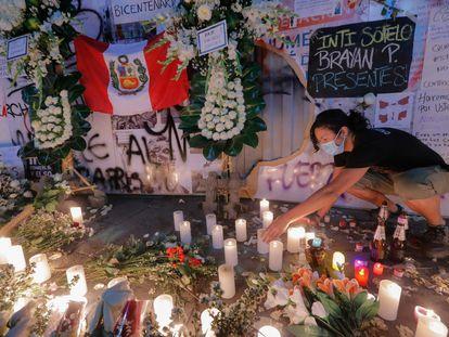 Vigilia en memoria de los dos jóvenes que murieron el sábado víctimas de la represión policial en Lima.