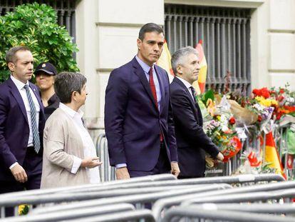 Pedro Sánchez, acompañado por el ministro del Interior y la delegada del Gobierno en Cataluña, en Barcelona.