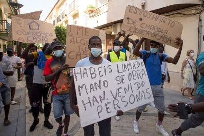 Manifestación, este miércoles en Lepe, en demanda de viviendas de los temporeros afectados por los incendios en los asentamientos.