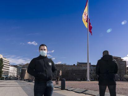 Rodrigo, izquierda, junto a otro miembro del grupo Bastión Frontal, de espaldas, en la plaza de Colón de Madrid.