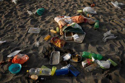 Basura, plásticos y botellas en la playa de la Malagueta de Málaga.