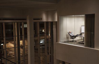 Un hombre permanece por la noche trabajando en la oficina.