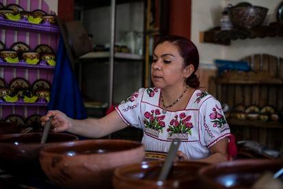 Blanca Villagómez Estrada sirve un plato de comida en su restaurante, La casa de Blanca, en Tzintzuntzan (Michoacán).