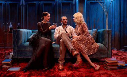 Celia Freijeiro, Carlos Troya y Eva Llorach, en 'Taxi Girl'.