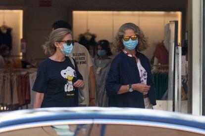 Las Infantas Cristina y Elena disfrutan juntas de una tarde de compras en las rebajas.