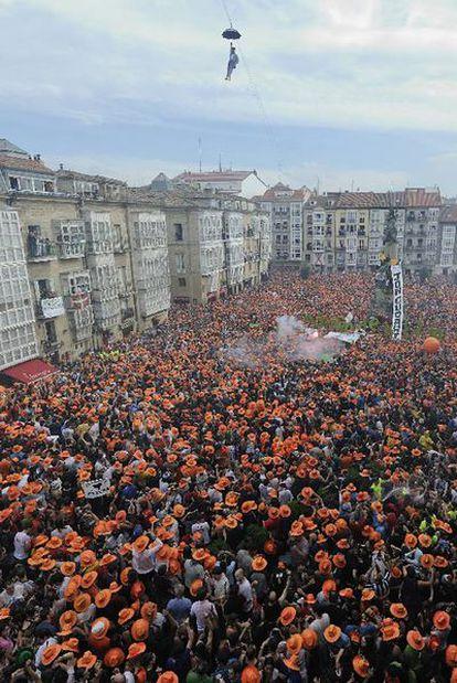 La plaza de la Virgen Blanca, abarrotada ayer de ciudadanos durante la bajada del Celedón.