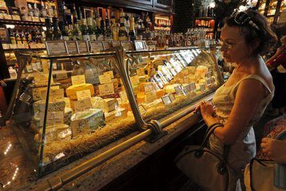 Una vitrina con quesos en un supermercado de San Petersburgo