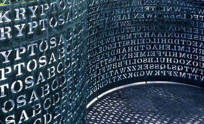 Detalle de la escultura Kryptos, ubicada en la sede de la CIA en Virginia.
