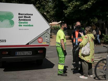 Recogida de basura puerta a puerta en Sant Andreu, en Barcelona.