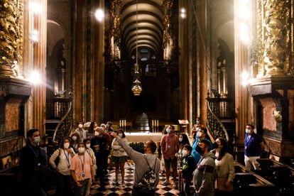 Primera noche de visita turística a la catedral de Santiago, durante la cual se instala una nueva iluminación menos invasiva en el templo tras las obras de restauración.