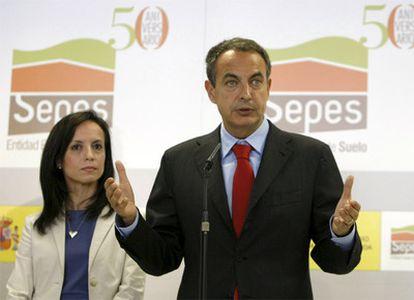 El presidente Zapatero, en la imagen con la ministra de Vivienda, Beatriz Corredor, ha valorado el descenso del paro en mayo durante su visita a la sede de la Entidad Estatal de Suelo (Sepes).