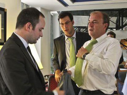 Iván Redondo (izquierda), junto a Monago durante la campaña electoral.