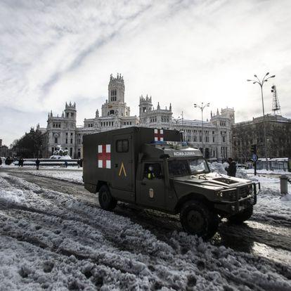 Una ambulancia de la Cruz Roja en la plaza de Cibeles.