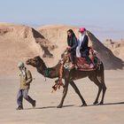 Ein Mann bietet sein Kamel für Ausritte durch die Wüste an, aufgenommen am 01.12.2017 in der Wu_ste Lut (Dascht-e Lut) östlich der Stadt Kerman im Iran, aufgenommen am 01.12.2017. (Photo by Thomas Schulze/picture alliance via Getty Images)