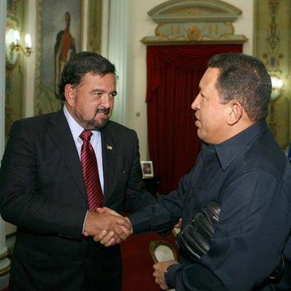 Bill Richardson saluda a Hugo Chávez en el Palacio de Miraflores en Caracas