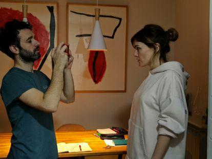 Rodrigo Sorogoyen y Marta Nieto graban en su hogar un capítulo de la serie 'En casa'.