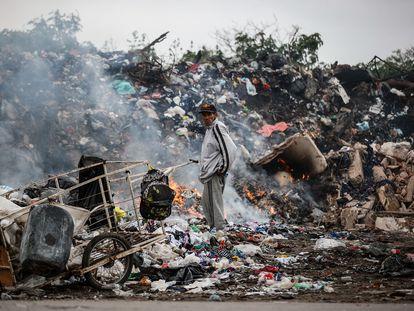 Un hombre en el basurero de una villa de Buenos Aires, el pasado 27 de septiembre.