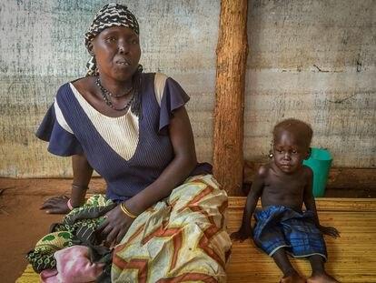 Joyce Tabang y uno de sus hijos en la sala de espera de un hospital de Unicef.