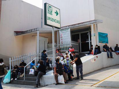 Familiares de pacientes infectados de la covid-19 esperan fuera de un hospital de la Ciudad de México.