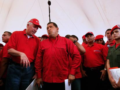 El exministro de Energía y Petróleo Rafael Ramírez (primero por la izquierda) y el expresidente de Venezuela Hugo Chávez en una visita a los trabajadores de PDVSA en Caracas en octubre de 2008.