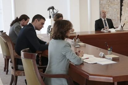 El presidente del Gobierno, Pedro Sánchez, preside el Consejo de Ministros extraordinario para aprobar medidas para contener el coronavirus
