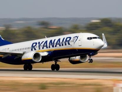 Un avión de Ryanair, despegando de Palma de Mallorca.