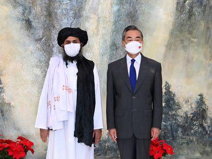 Abdul Ghani Baradar, líder político de los talibanes, y Wang Yi, ministro de Exteriores chino, tras reunirse en julio en Tianjin (China).