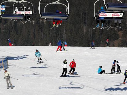 Varias personas disfrutan en la estación de esquí de Polana Siemaszkowa en Zakopane, al sur de Polonia, estas Navidades.