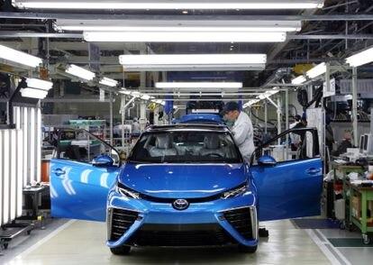 Fabricación del turismo Mirai, con pila de combustible de hidrógeno, en la factoría de Toyota en la prefectura japonesa de Aichi.